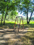 Children& vide x27 ; terrain de jeu de s dans une forêt de bouleau photo stock
