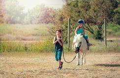 Children wydają czas z koniem fotografia royalty free