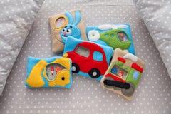 Children& x27; игрушки нежности s сделанные из покрашенной ватки для развития мотора Игрушки в шпаргалке Ватка сумки заполненная  Стоковые Изображения RF