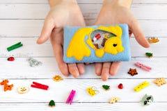 Children& x27; игрушки s сделанные из покрашенной ватки для развития мотора Положите в мешки с желтыми шариками и figurines запол Стоковое Фото