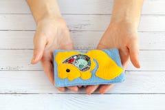 Children& x27; игрушки s сделанные из покрашенной ватки для развития мотора Положите в мешки с желтыми шариками и figurines запол Стоковые Изображения RF