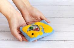Children& x27; игрушки s сделанные из покрашенной ватки для развития мотора Положите в мешки с желтыми шариками и figurines запол Стоковые Фотографии RF