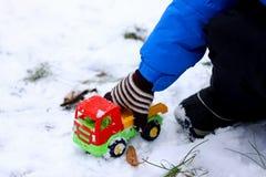 Children& x27; 在雪的s比赛 免版税库存照片
