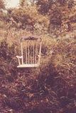 Children& x27; cadeira de balanço de s nas madeiras Fotografia de Stock