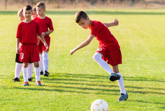 Children& x27; equipe de futebol de s Fotos de Stock Royalty Free