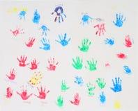 Children' impresiones de la mano de s en el paño blanco Fotografía de archivo libre de regalías