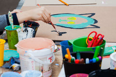 Children& x27; s创造性 手画的儿童油漆 罐头在桌上的油漆 库存照片