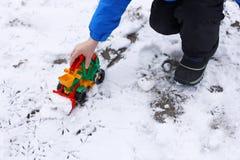 Children& x27; s spelen in de sneeuw Royalty-vrije Stock Fotografie