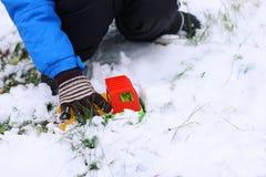 Children& x27; s spelen in de winter Stock Fotografie
