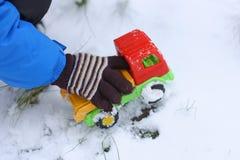 Children& x27; s spelen in de winter Royalty-vrije Stock Foto's