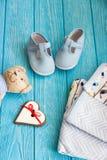 Children& x27; s-Spielzeugbär, Lebkuchenherz und Kleidung Stockfoto