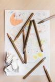 Children& x27; s-Zeichnungen und -bleistifte auf dem Tisch Stockbild