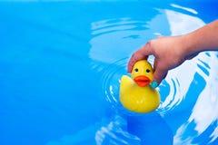 Children zabawkarska kaczka Zdjęcia Royalty Free