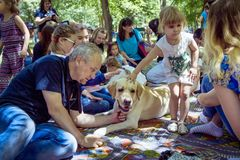 Childrenand their parents participating at dog therapy session stock photography