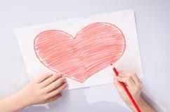 Childs übergibt das Zeichnen eines Herzens Stockfotografie