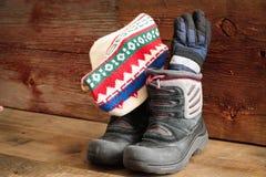 Childs śnieżni buty z zimy nakrętką, rękawiczkami i zdjęcia stock