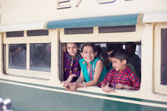 Childs наслаждаясь путешествием в поезде, в счастливом режиме Стоковые Изображения