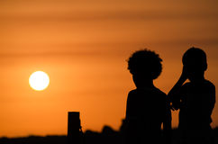 2 childs на заходе солнца Стоковые Фотографии RF