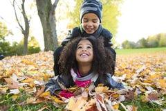 Childs на сезоне лист сезон осени стоковые изображения rf