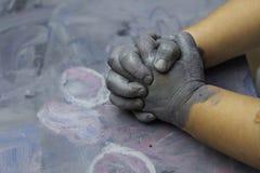 Childs покрасило руки с переплетает пальцы, имитируя соединение Стоковое Изображение