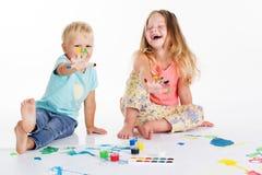 2 childs рисуют красками aquarelle Стоковое Фото