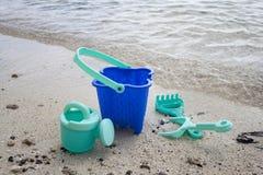 Childs绿色海滩桶和小铲 免版税图库摄影