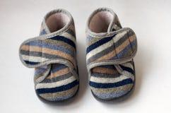 Childs a coloré des chaussures sur un fond blanc Photos libres de droits