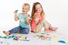 Childs dessinent des photos par des peintures d'aquarelle Photo libre de droits