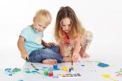 Childs dessinent des photos par des peintures d'aquarelle Image libre de droits