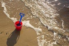 Childs Eimer und Spaten auf einem Strand in den Hochländern von Schottland stockbild