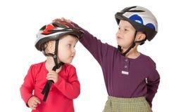 Childs en cascos de la bicicleta Imagen de archivo libre de regalías