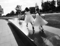 Childs en el funcionamiento blanco del vestido Su foto de archivo