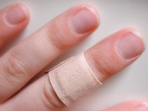 Childs Finger mit Verband Stockbild