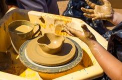 Childs-Hände, die Lehm formen Stockfotos