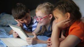 Childs het spelen op de tablet stock footage