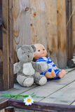 Childs juega a la izquierda en un pórtico de madera de la casa de campo Imagen de archivo libre de regalías