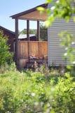 Childs leksaker som lämnas på en träfarstubro för landshus Arkivbilder