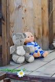 Childs leksaker som lämnas på en träfarstubro för landshus Royaltyfri Bild