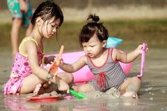 Childs på stranden Arkivbilder