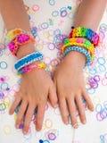 Childs ręki jest ubranym multicoloured bransoletki Obraz Stock