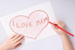 Childs remet le coeur de dessin qui indique la maman d'amour d'I Image stock