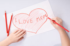 Childs remet le coeur de dessin qui indique la maman d'amour d'I Images libres de droits