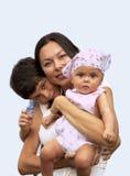 childs som tillsammans tycker om henne moder Royaltyfria Foton