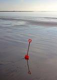 Childs-Spaten auf dem Strand Lizenzfreie Stockfotos