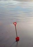 Childs-Spaten auf dem Strand Lizenzfreies Stockfoto