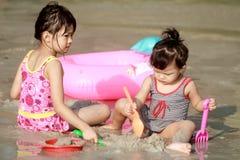 Childs sulla spiaggia Immagine Stock