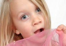 childs vänder förvånadt mot arkivfoto