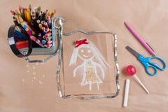 Childs-Zeichnung der Mutter Sohn gibt der Mama eine Blume Hintergrund des alten Kraftpapiers, farbiger Bleistift, Süßigkeit auf e Lizenzfreie Stockfotografie