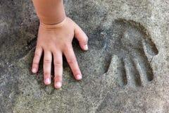 Childshand en gedenkwaardige handprint in beton royalty-vrije stock foto's
