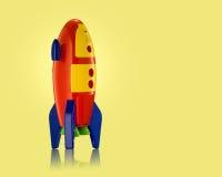 Childsstuk speelgoed raket op gele achtergrond Royalty-vrije Stock Foto